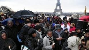 Rassemblement au Trocadéro, à Paris, à l'appel des associations franco-haïtiennes, le 16 janvier 2010.