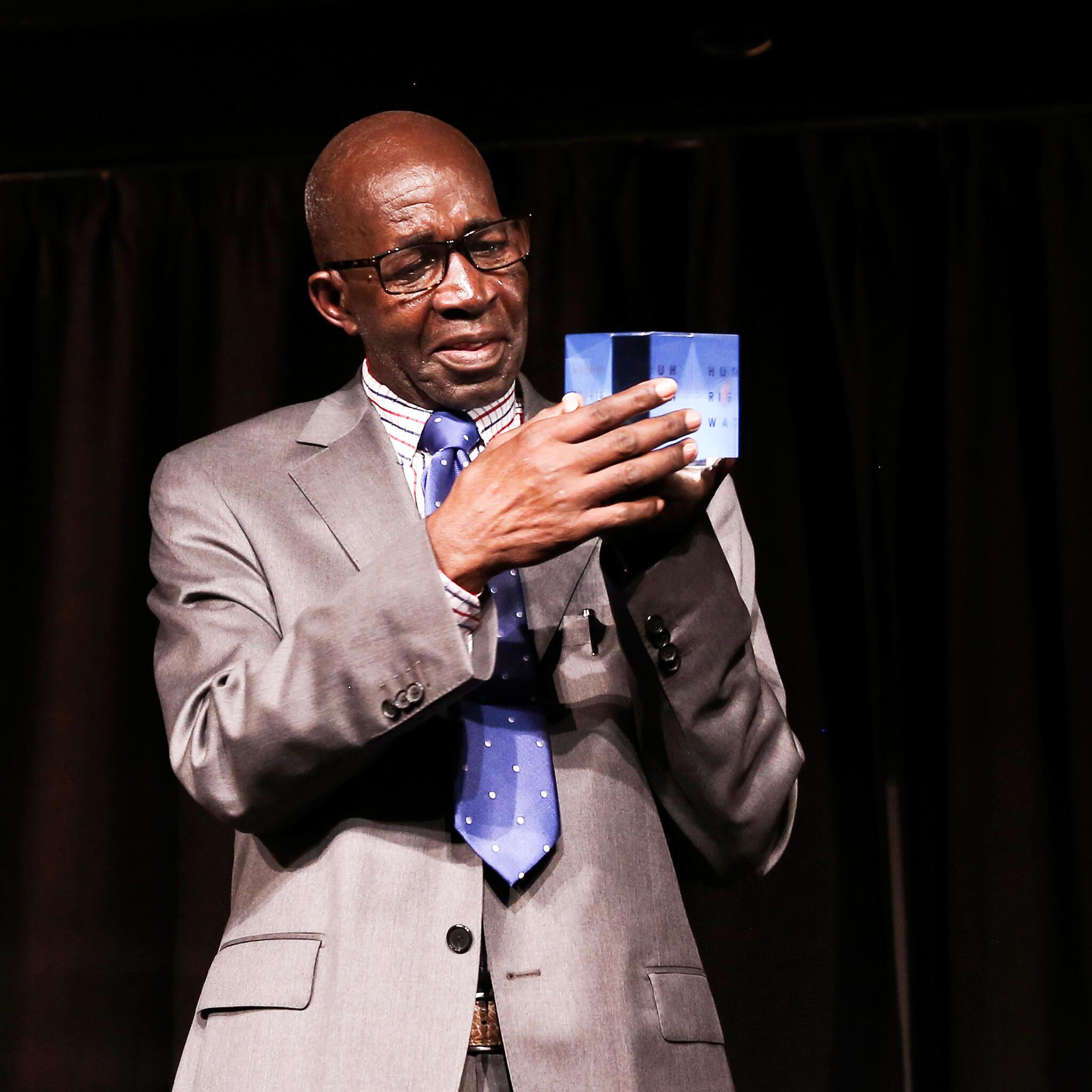 Pierre Claver Mbonimpa, directeur et fondateur de l'Association pour la protection des droits humains et des personnes détenues, victime d'une tentative d'assassinat en 2015. Il a reçu le prix Alison Des Forges de Human Rights Watch début novembre à Paris.