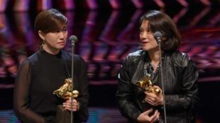 傅榆(左)与该片制片在金马奖发表获奖感言资料图片