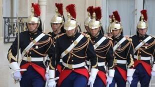 Lính Vệ Binh Cộng Hòa Pháp trước Điện Elysée (phủ tổng thống Pháp) tại Paris. Ảnh chụp ngày 28/08/2017.