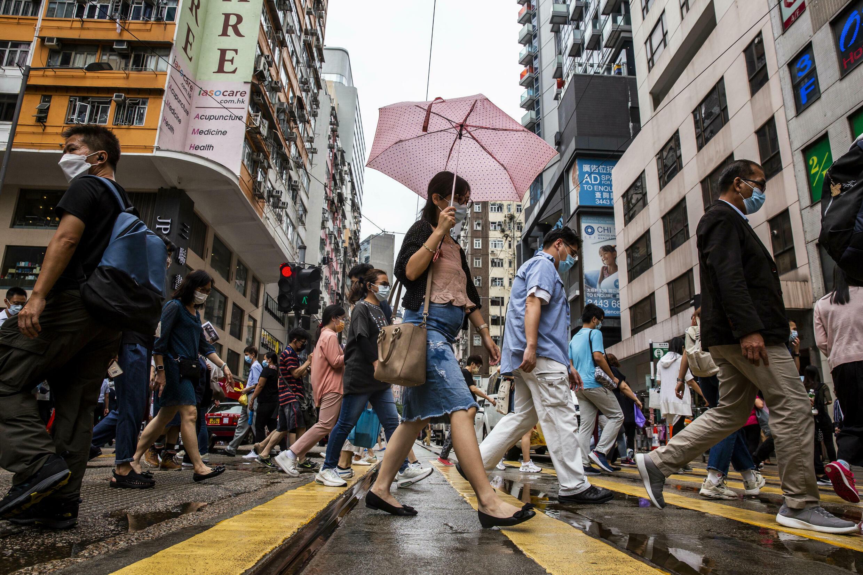 Peatones atraviesan una calle en el distrito Wanchai de Hong Kong, el 6 de agosto de 2021.