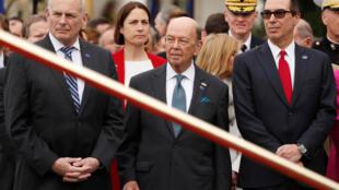 Bộ trưởng Tài Chính Mỹ Wilbur Ross (G) và bộ trưởng Thương Mại Steven Mnuchin tại Washington, 24/04/2018.