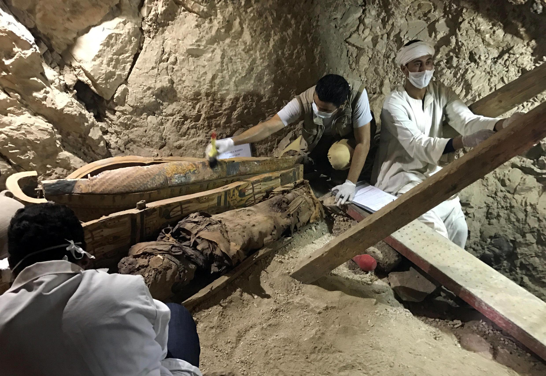 علاوه بر هفده جسد مومیایی شده، تعدادی تابوت نیز در این زیرزمینها کشف شده است.