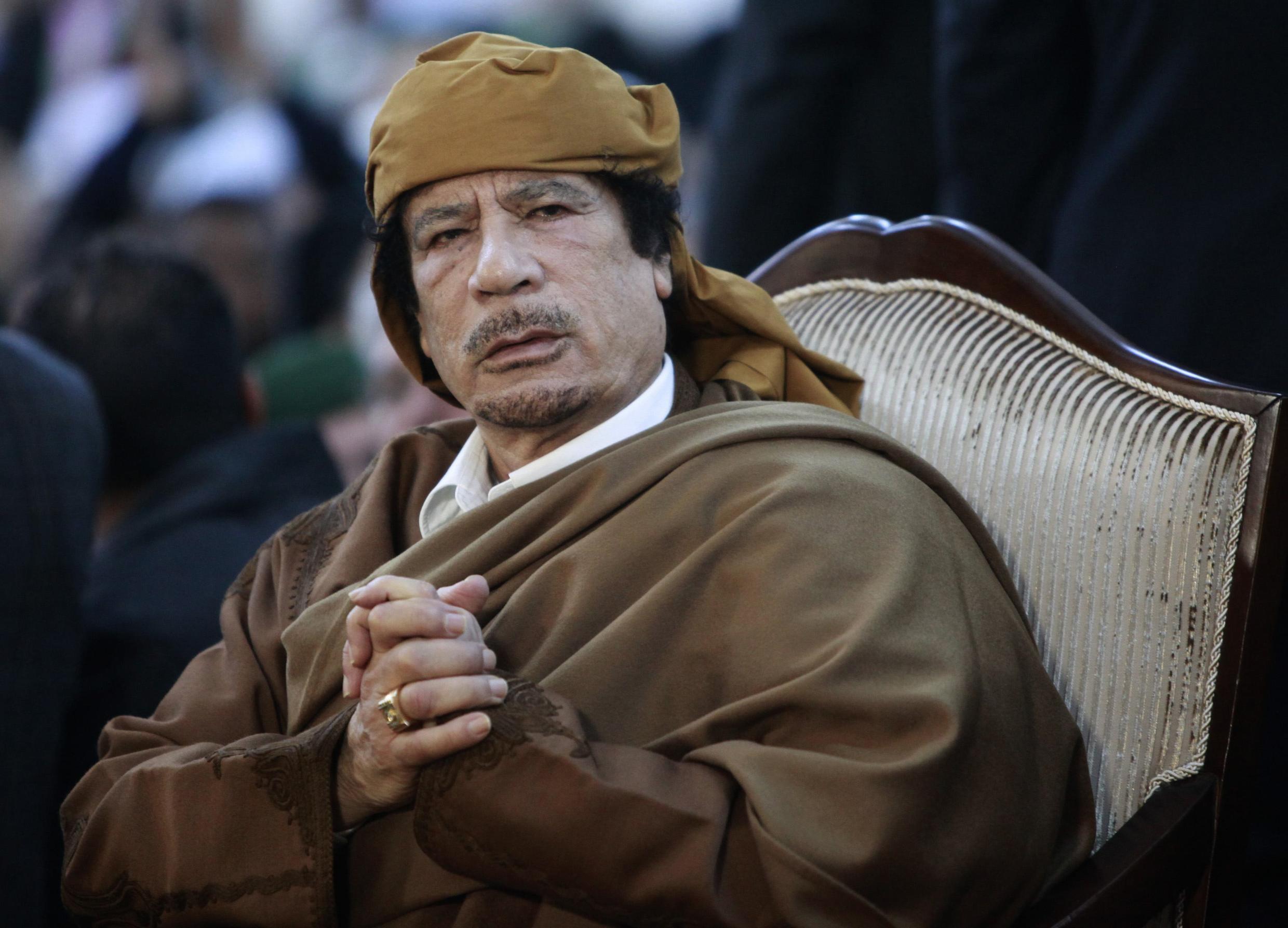 """O  ex-líder líbio, Muammar Kadhafi,  aqui em Fevereiro  de 2011. Ele  foi detido e morto, em Sirto sua cidade  natal, no dia 20 de Outubro de 2011, na sequência  das revoltas populares inspiradas pela chamada """"primavera árabe""""  iniciada em  2011  na Tunísia. Dez anos depois da sua morte, a Líbia está confrontada com um futuro incerto."""