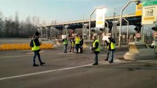 Coletes amarelos italianos protestam em uma rodovia de Bolonha, no norte da Itália, em 27/01/19.
