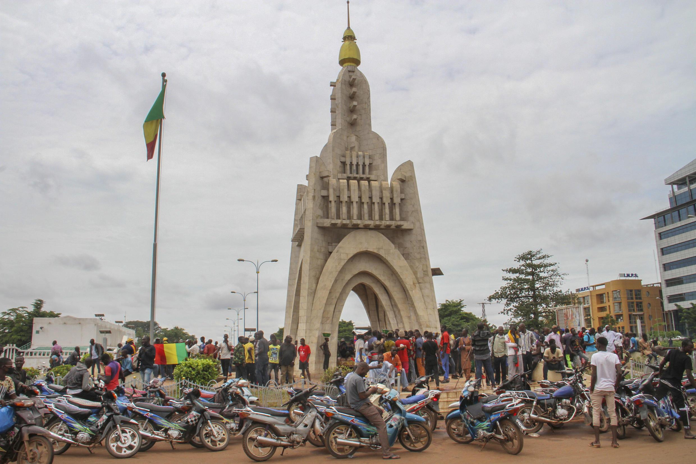 Watu waliokusanyika karibu na eneo la Uhuru huko Bamako, Agosti 19, 2020 (picha ya kumbukumbu).