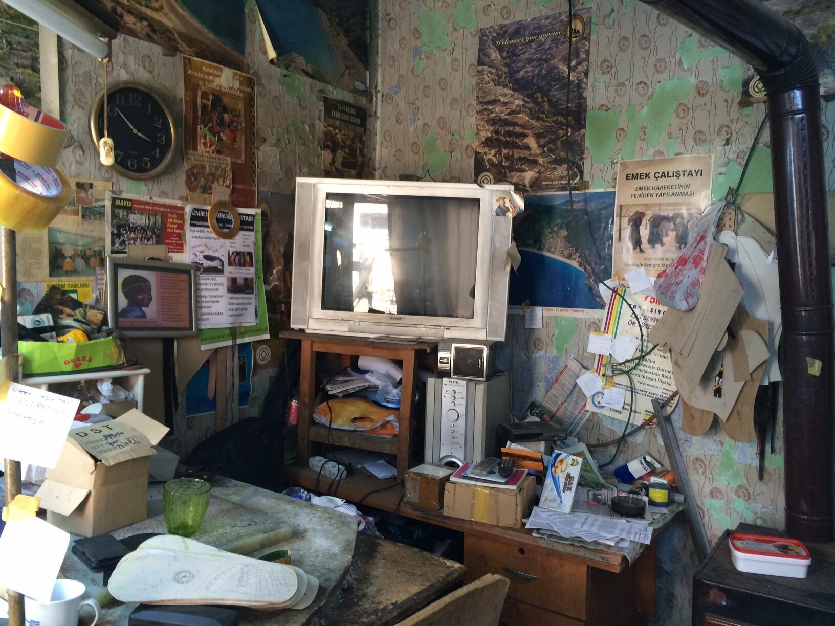 A oficina do artesão se transformou em uma central de coleta de doações para os sírios.
