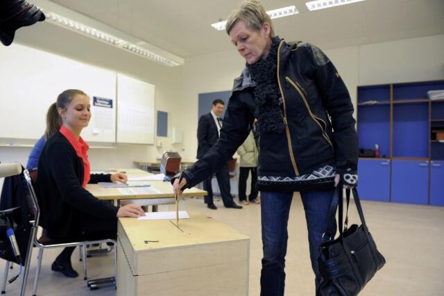 Una mujer votando, este 27 de abril de 2013 en Reykjavik, Islandia.