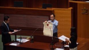 Fernando Cheung, en 2016, à Hong Kong, alors qu'il prête serment lors de la première réunion du sixième Conseil législatif en dénonçant la «tyrannie de Pékin».