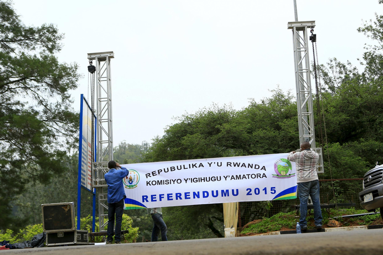 Une bannière est érigée à l'entrée d'un bureau de vote avant le référendum, le 17 décembre 2015.
