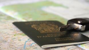 Un passeport sud-africain. La loi sur l'immigration et la résidence des étrangers se durcit.