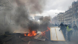 Violência nos Campos Elísios em Paris no 18° sábado de manifestações dos coletes amarelos