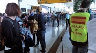 Les passagers du vol de la compagnie Air Europa, affrété par plusieurs ambassades européennes, à l'aéroport de Guayaquil le 8 avril 2020. L'avion a subi une avarie.