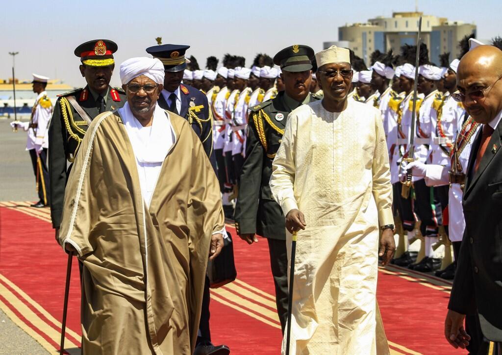 Le président tchadien Idriss Déby arrive à Khartoum, reçu par son homologue soudanais Omar el-Béchir, le 4 avril 2019.