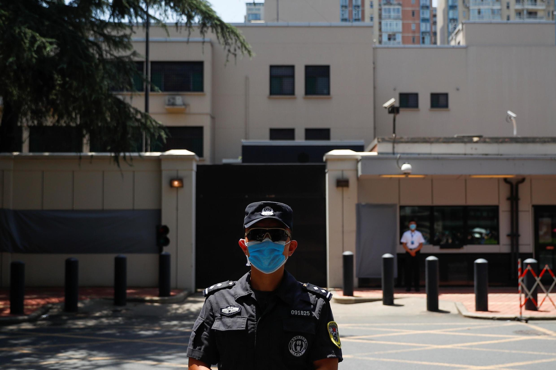 Afisa wa polisi wa China asimama nje ya ubalozi mdogo wa zamani wa Marekani huko Chengdu, katika Jimbo la Sichuan, kufuatia baada ya maafisa wa ubalozi huo kuondoka Julai 27, 2020.