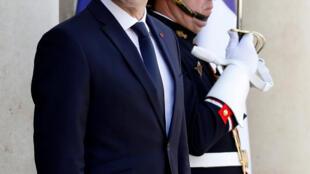 2017年6月16日,站在爱丽舍宫台阶上的法国总统马克龙。