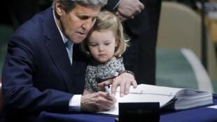 Le secrétaire d'Etat américain John Kerry a signé l'accord de paris accompagné de sa petite-fille de deux ans.
