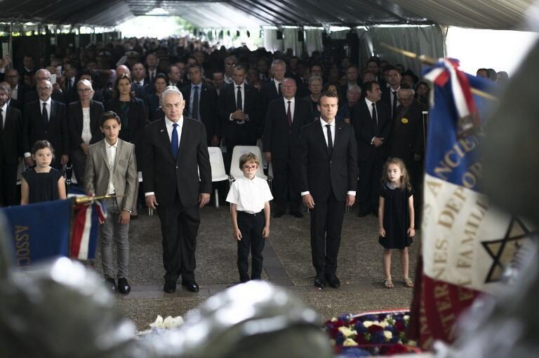 """امانوئل ماکرون، رئیس جمهوری فرانسه و بنیامین نتانیاهو، نخست وزیر اسرائیل، در  مراسم  هفتادوپنجمین سالگرد  واقعه """"وِل دیو"""" در پاریس. یکشنبه ٢۵ تیر/ ١۶ ژوئیه ٢٠۱٧"""