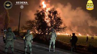 Militares acordonaron la zona tras la explosión e incendio en la municipalidad de Tlahuelilpan.