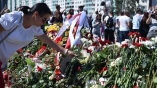 Les partisans de l'opposition biélorusse déposent des fleurs où Alexander Taraikovsky, un manifestant de 34 ans est décédé au milieu des affrontements contre la réélection d'Alexandre Loukachenko, le 15 août 2020.