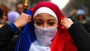 یک دختر مسلمان فرانسوی که با پرچم جمهوری لائیک فرانسه روبنده ساخته است