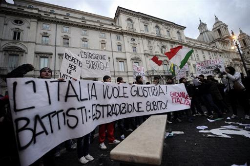 Акция у бразильского посольства в Риме с требованием экстрадировать Чезаре Баттисти, 4 января 2011.
