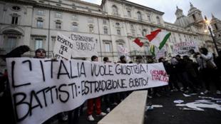 Manifestación en Roma ante la embajada de Brasil en protesta por la no extradición del activista Cesare Battisti