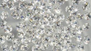 Le zircon est une pierre semi-précieuse utilisée en bijouterie.
