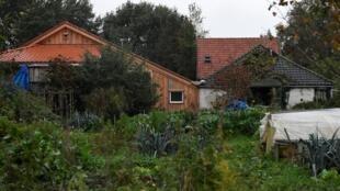 Fazenda onde família - pai e cinco filhos - moravam isolados, esperando pelo fim do mundo.