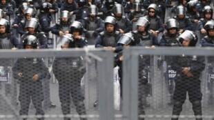 Polícia mexicana barra um protesto de estudantes na Cidade do México.