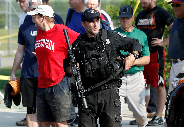 Cảnh sát hộ tống các dân biểu ra khỏi sân bóng chày ở Alexandria, Virginia sau vụ xả súng ngày 14/06/2017.
