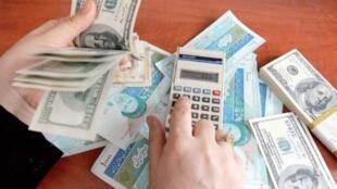 در ایران صعود بهای دلار که از دیماه گذشته آغاز شده بود، همچنان ادامه دارد.