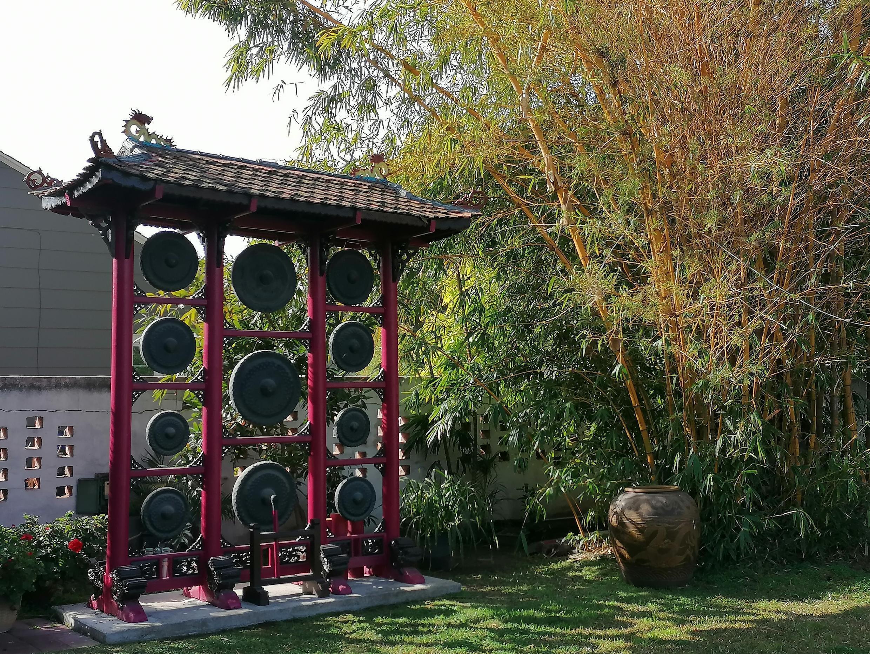 Bộ cồng chiêng trong sân vườn nhà hai vợ chồng bác sĩ Quỳnh Kiều-Kiều Qaung Chẩn. Santa Ana, California, Hoa Kỳ.