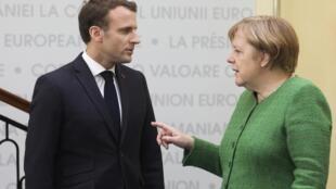 Rais wa Ufaransa Emmanuel Macron akiwa na kansela wa Ujerumani Angela Merkel wakati walipokutana mwezi Machi mwaka huu nchini Romania.