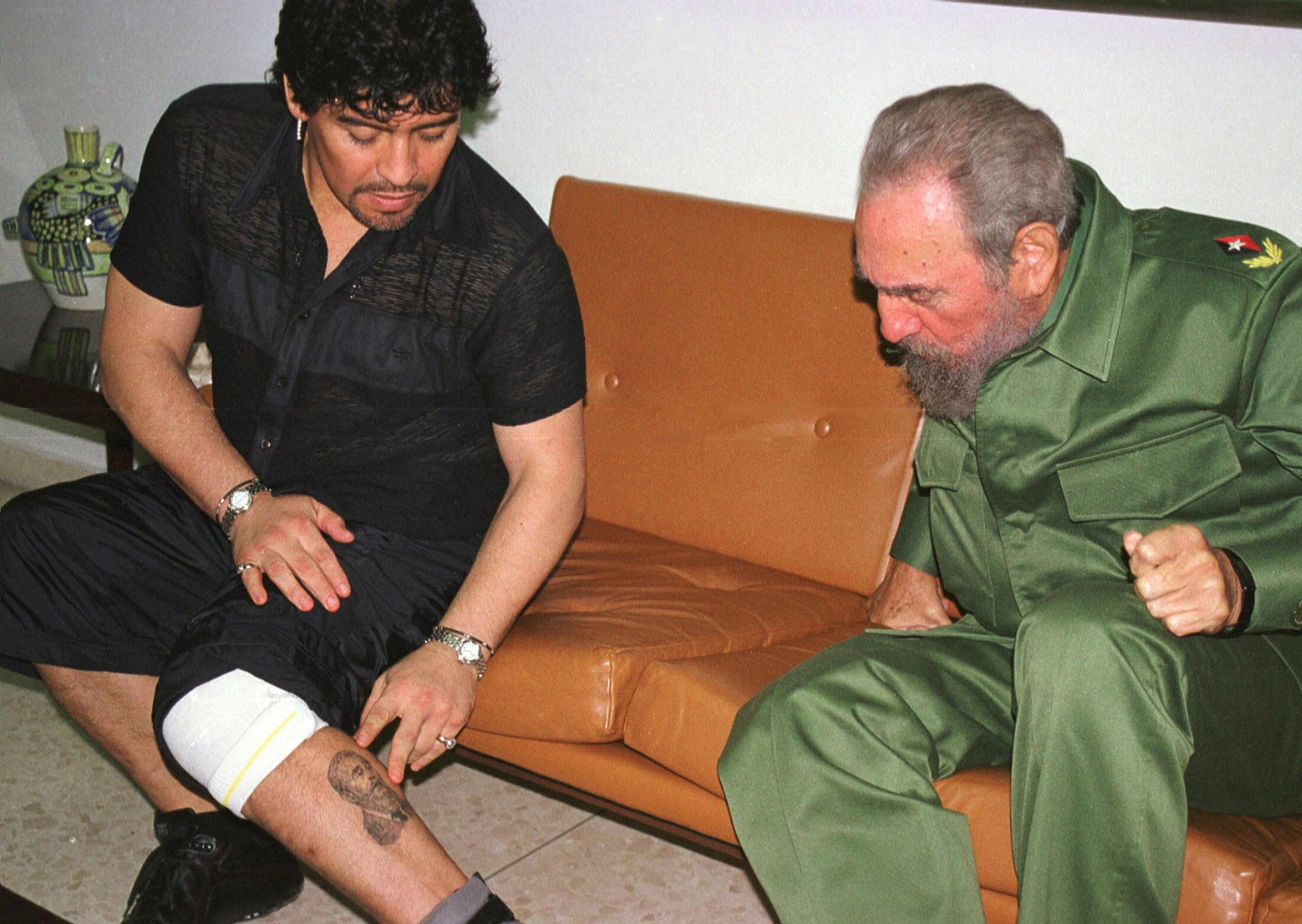 FOTO DE ARQUIVO: A lenda do futebol argentino Diego Maradona, então em Cuba em reabilitação por uso de cocaína, mostra ao presidente cubano Fidel Castro uma tatuagem dele na perna, dentro do Palácio da Revolução em Havana, nesta foto de arquivo de 29 de outubro de 2001.