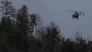 Un hélicoptère de la gendarmerie près du lieu du crash, le 24 mars.