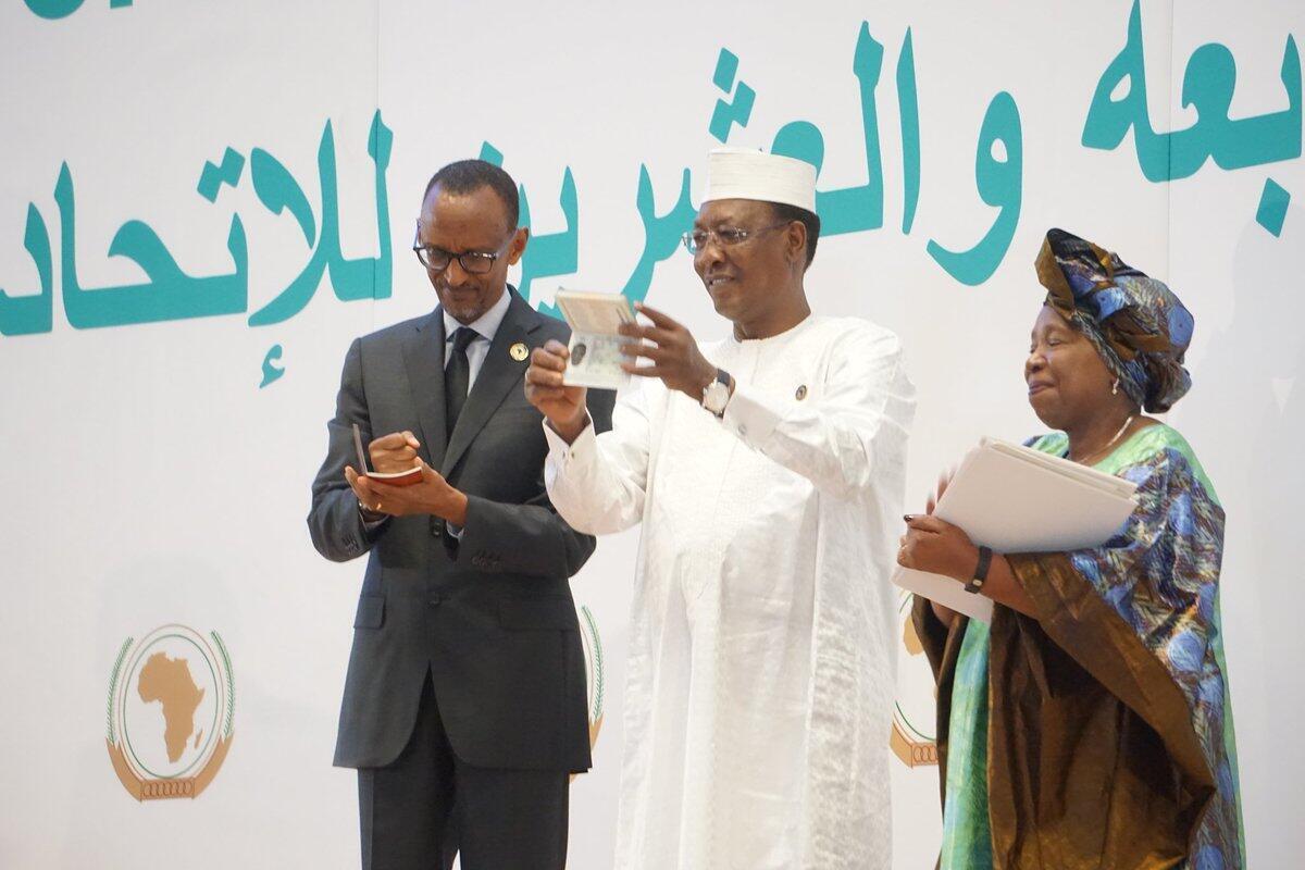 Rais wa Rwanda  Paul Kagame (Kushoto), rais wa Chad Idriss Derby (Katikati) wakionesha pasi zao za Afrika baada ya kukabidhiwa na Mwenyekiti wa Tume hiyo Dkt .Nkosazana Dlamini-Zuma (Kulia)