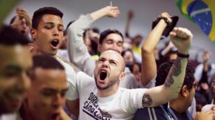 Les supporters de Jair Bolsonaro exultent à l'annonce des premiers résultats, le 7 octobre 2018 à Brasilia.