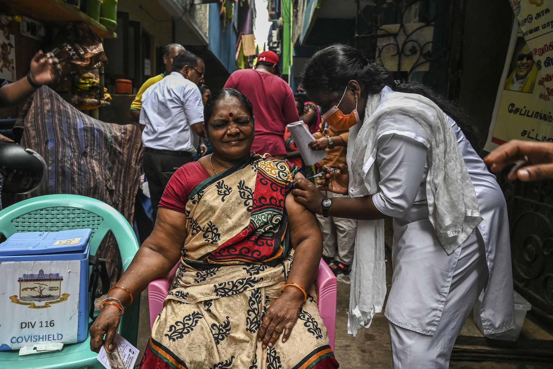 Una trabajadora de la salud vacuna a una mujer contra el covid-19 en Chennai, India, el 19 de octubre de 2021