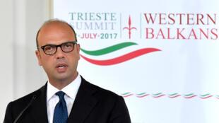 Ngoại trưởng Ý Angelino Alfano trả lời họp báo tại thượng đỉnh Trieste, 11/07/2017.