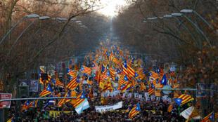 Les manifestants brandissaient le drapeau séparatiste catalan bleu, rouge et jaune, ainsi que des pancartes: «Liberté pour les prisonniers politiques». Barcelone, le 16 février 2019..