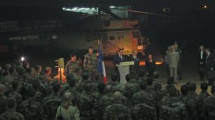Le président français François Hollande (c.), Laurent Fabius le ministre des Affaires étrangères et Christiane Taubira, la ministre de la Justice (dr.) à la cérémonie en l'honneur des deux soldats français tués à Bangui le 9 décembre 2013.