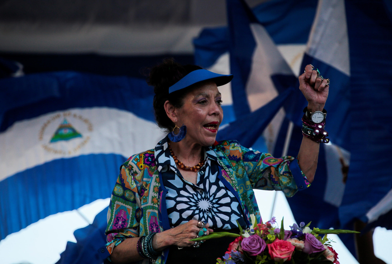 La vice-présidente du Nicaragua Rosario Murillo entonnant des chants révolutionnaires pendant une marche le 05 septembre 2018.