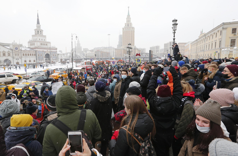 Участники протестной акции на площади трех вокзалов в Москве, 31 января 2021.