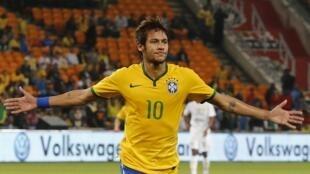 Neymar comemora um dos gol, aos 40 minutos do amistoso de preparação para o Mundial 2014 contra a África do Sul (5-0).