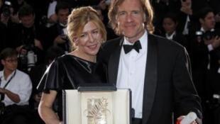 美国导演泰伦斯 马力克的《生命之树》荣获第64届戛纳电影节金棕榈,颁奖缺席,由该片四名制片人中的加尔德内(左)与波拉德(右)代为领奖 2011年5月22日