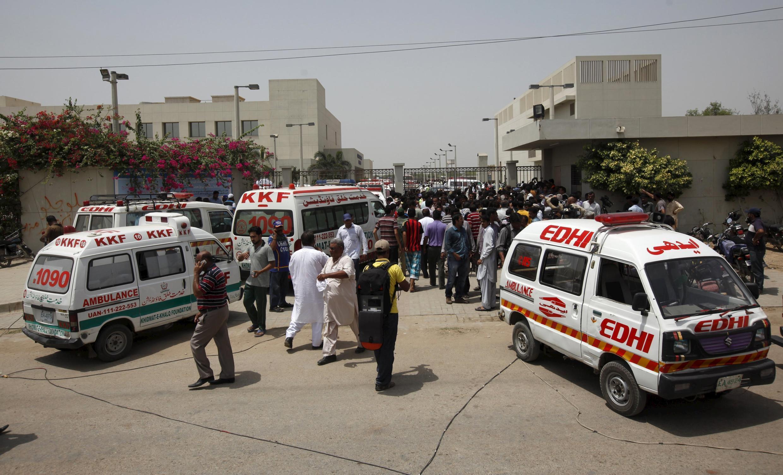 Ambulâncias cercam o hospital para onde os feridos foram levados depois do ataque em Karachi nesta quarta-feira (13).