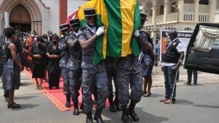 La dépouille de l'ancien Premier ministre Edem Kodjo, portée par les gendarmes, à la sortie de la cathédrale du Sacré-Cœur de Jésus de Lomé, après la messe de requiem...