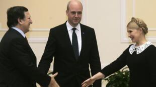 Ioula Timochenko, la Première ministre ukrainienne, accueille son homologue suédois Fredrik Reinfeldt (C) et le président de la Commission européenne Jose Manuel Barroso (G) à Kiev, le 4 décembre 2009.