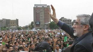 Le chef de l'opposition Mir Hossein Moussavi, le 18 juin 2009 au lendemain de la réélection contestée de Mahmoud Ahmadinedjad à la tête de l'Iran.